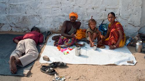 Keluarga pengemis turut meramaikan Puskhar Festival