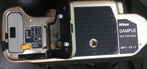 Tempat battery dan sekaligus slot SD card