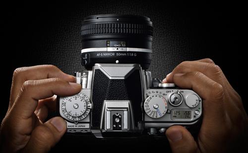 Nikon DF cukup nyaman digenggaman tangan