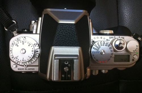 Tombol-tobol utama terletak pada sisi atas kamera, dan dengan system locking yang aman.