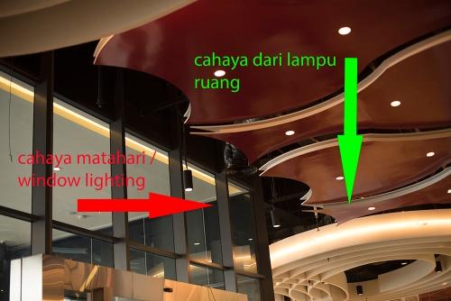 Cahaya ruang di Mal, kombinasi mix lighting, antara Cahaya matahari dan lampu-lampu ruang.