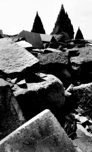 Berserak sisa potongan batu